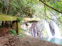 奄美大島のアランガチの滝 - 水源になっているようでその施設有り