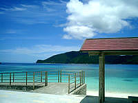奄美大島のタエン浜海水浴場 - びーちに降りるスロープもあり