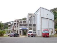 奄美大島の奄美海洋展示館 - ビーチ側から見るとこんな感じ