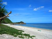奄美大島の渡連海岸 - 西端にはキャンプ場やお店もあります