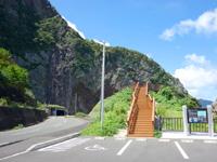 奄美大島の徳浜の断崖絶壁/名音洞門の写真