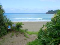 奄美大島の嘉徳海岸 - 遠浅で黒っぽい砂が特徴