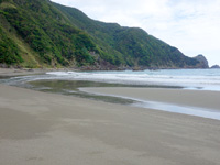 奄美大島の嘉徳海岸 - 白くない砂は奄美でも珍しい!