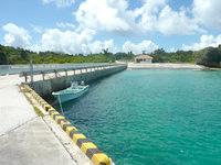 新城島の上地島の港の写真