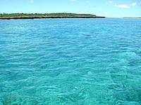 新城島の下地島と上地島の間の海の写真