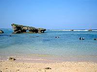 中部の真栄田岬ビーチ