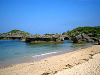 中部の真栄田岬ビーチ - シュノーケリングや体験をしている人が多い