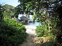 中部の真栄田岬ビーチ - ビーチへの入口はこんな感じです