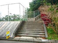 中部の世界遺産の見える展望台 - 集落にあるこの階段の先に展望台