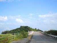 中部の藪地島/ジャネー洞/藪地洞穴遺跡 - 与勝半島から短い橋でつながっている無人島