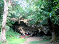 中部の藪地島/ジャネー洞/藪地洞穴遺跡 - 道の奥にある御嶽
