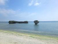 中部の渡具知ビーチ - ノッチ的な岩もあって面白いです