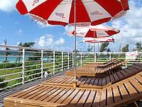 久米奥武島のバーデハウス久米島のバーデプールゾーン - ジャグジーの脇には快適なデッキチェアがある