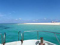 はての浜のナカノ浜遊泳ゾーン - 船から見るとこんな感じの場所でみなさん泳ぎます