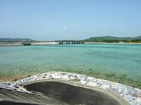 久米奥武島の奥武島の海峡の海 - 奥武島への橋が一望できます