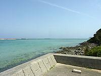 久米奥武島の奥武島の海峡の海 - ここが護岸の端