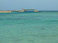 久米奥武島の奥武島の海峡の海 - 真泊港近くに奇妙な構造物が!?