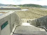 久米奥武島のシールガチ橋 - 橋上から久米島を見る