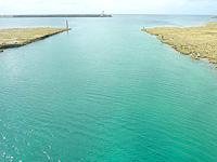 久米奥武島のシールガチ橋 - 橋上から北側の水路を見る
