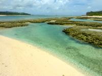 オーハ島のオーハと奥武の間の砂地 - 海の透明度ははての浜より上かも