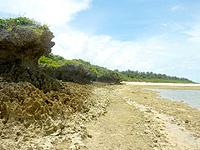 オーハ島のオーハ島東岸 - ビーチもあるけど岩場がほとんど