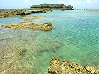 オーハ島のイチュンザ岩の東島 - イチュンザとの間の海は透明!