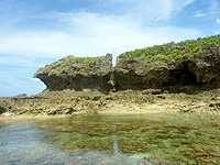オーハ島のイチュンザ岩の東島 - 岩の割れ目に洞窟的な場所もあり