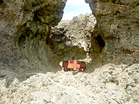 オーハ島のイチュンザ岩の東島 - 洞窟的な場所に何故か箱が漂流