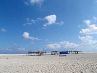 はての浜のナカノ浜内陸 - 浜の中央には日除け小屋があります