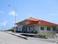 波照間島の波照間港 - フェリーと「ぱいじま2」乗り場近くにターミナル