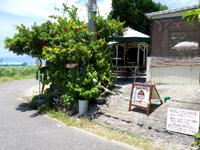 波照間島のみんぴか - 店の前からニシ浜の海の色が見えます