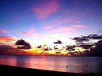 波照間島のニシ浜の夕焼け - 今度はオレンジ色に変わりました