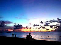 波照間島のニシ浜の夕焼け - ちょうど親子連れが良い景色を演出