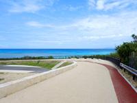 波照間島のニシ浜へと続く道 - 角まで行けば邪魔な車も自転車もない!