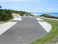 波照間島のニシ浜へと続く道 - バス4台も停める気なの?異常に広い駐車場も整備