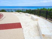 波照間島のニシ浜へと続く道 - ベンチに座ると手摺りが邪魔で景色が望めない