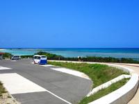 波照間島のニシ浜へと続く道 - もろに団体客用のスペースかも?