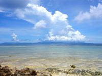 波照間島のブドゥマリ浜/大泊浜 - 正面に雄大な西表島の島影が一望!