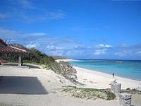 波照間島のニシ浜の吾妻屋 - 吾妻屋はビーチよりやや高い場所にある