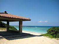 波照間島のニシ浜の吾妻屋 - 赤瓦と白い砂と青い海のコントラスト