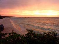 波照間島のニシ浜の夕日と虹