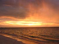 波照間島のニシ浜の夕日と虹 - スコールのあとはさらに幻想的