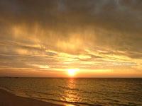 波照間島のニシ浜の夕日と虹 - 夕日が素晴らしい場所