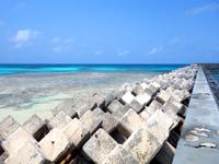 波照間島の真のハテルマブルー/波照間港防波堤 - ニシ浜と波照間港の境界にある防波堤がポイント