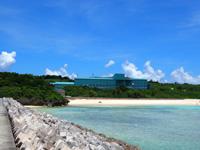 波照間島の波照間製糖工場/事業所 - こんなにニシ浜近くに造らなくてもいいのでは?