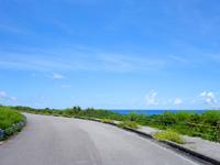 波照間島の日本最南端の道路と海岸線の写真