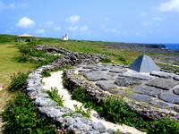 波照間島の日本最南端の碑 - モニュメント周辺は歩けるようになっています