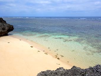鳩間島の島仲浜「こぢんまりしたビーチです」