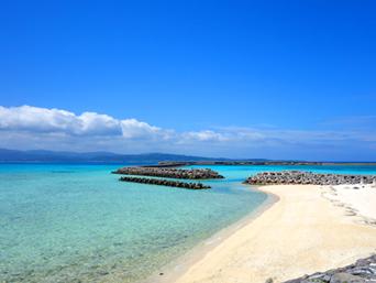 鳩間島の鳩間小中遊歩道の海「キレイですが人工のビーチです」