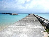 鳩間港西の防波堤